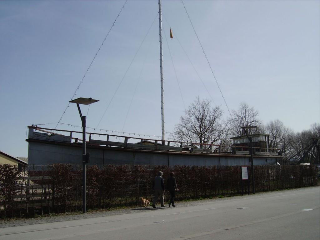 """Die """"Möwe"""", ein ausrangiertes und am Hafen ausgestelltes  Schiff"""