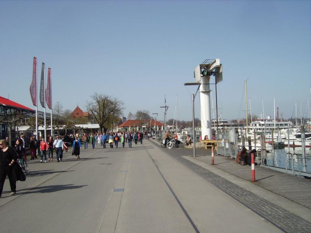 Die autofreie Zone am Hafen von Konstanz, Blick in Richtung Unterführung zur  Marktstätte