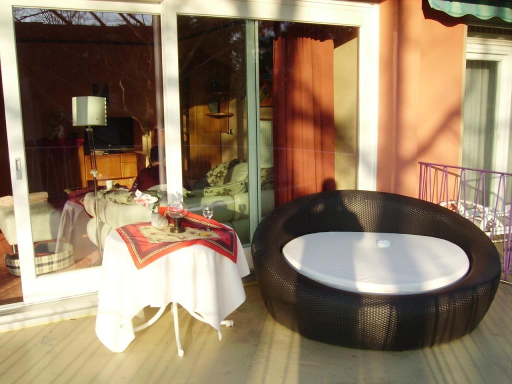 Eden Hotel am Park - Grosser Balkon-Sessel in der Frühlingssonne