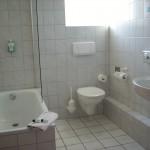 Eden Hotel am Park - Badezimmer, sauber mit kleiner Badewanne