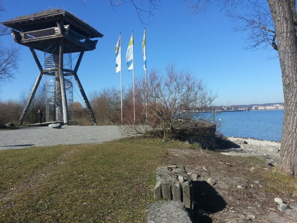 Der hölzerne Aussichtsturm im Park am Hafen Kreuzlingen, im Hintergrund Konstanz (DE)